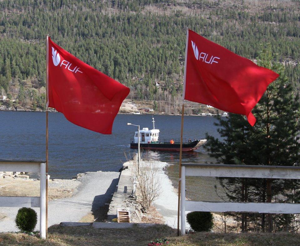 Raude flagg på Utøya